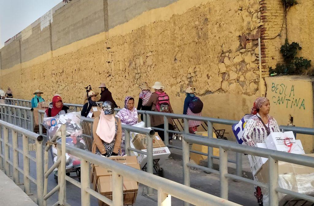 Damit ist es jetzt vorbei: Diese Frauen transportieren in Sackkarren Waren über die Grenze –  unter den Augen der Grenzpolizisten. Foto: Martin Dahms