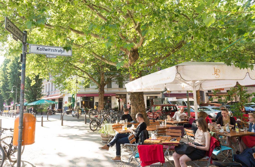In einem Restaurant in der Kollwitzstraße am Prenzlauer Berg in Berlin genießen Menschen das Sommerwetter. Foto: www.mauritius-images.com