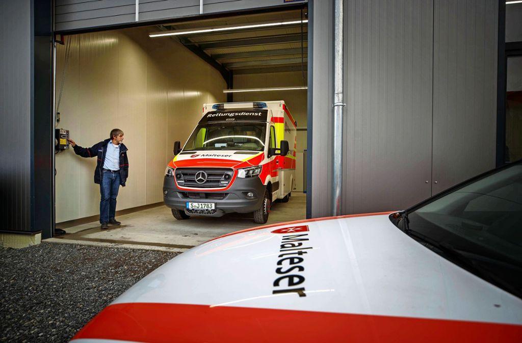 Der Rettungswagen steht in Hertmannsweiler bereit. Foto: Gottfried Stoppel
