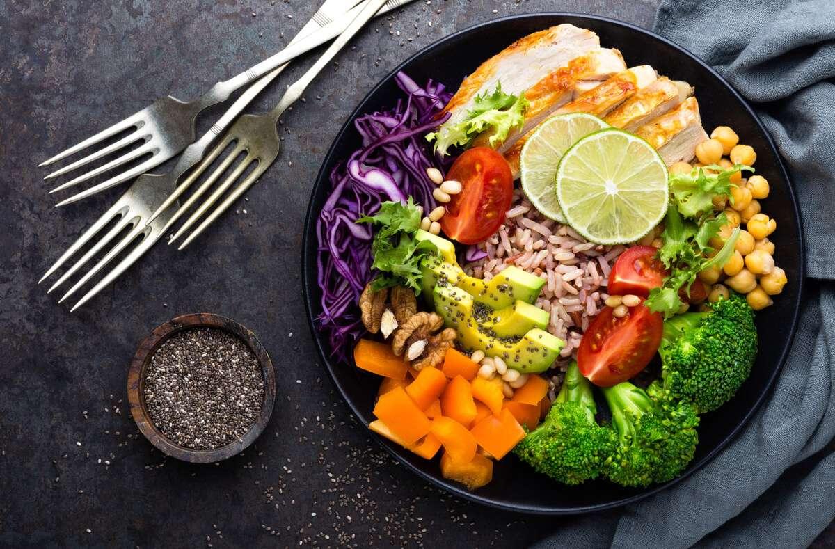 Schnell und viel abnehmen mit der OMAD-Methode. Ist das überhaupt gesund? Das sollten Sie über die Diät wissen. Foto: Sea Wave / Shutterstock.com