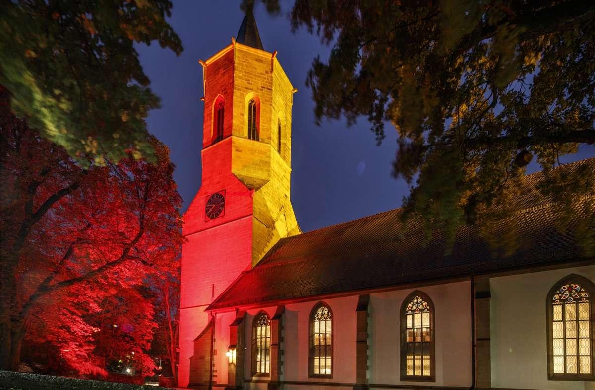 In rotes Licht gehüllt präsentiert sich die Waiblinger Michaelskirche. Foto: Gottfried Stoppel