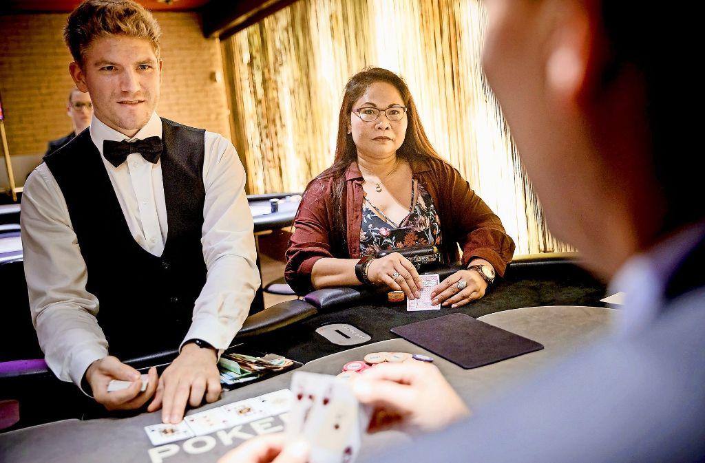 Marivec Benker-Imdahl liebt das Pokerspiel im Stuttgarter Casino. Foto: Lichtgut/Jan Potente