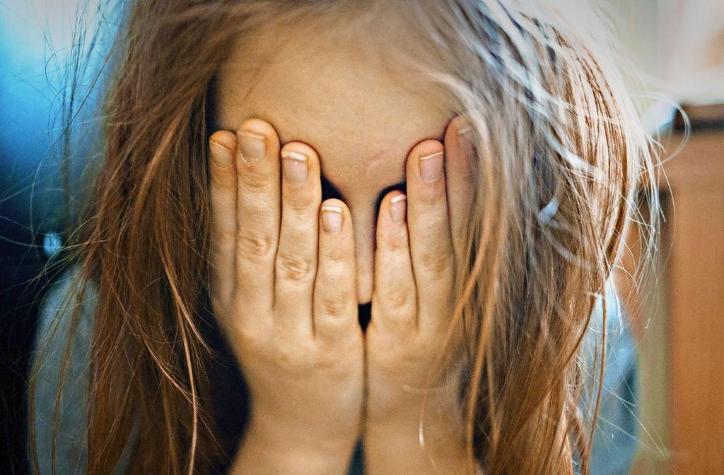 In Altensteig soll sich ein Mann an zwei jungen Mädchen vergangen haben (Symbolbild). Foto: dpa