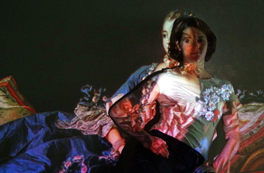 """Vorbilder und Wirklichkeit überlagern sich: Eva Baumann tastet in """"herland"""" den Raum ab, den Frauen in unserer Gesellschaft einnehmen. Foto:"""
