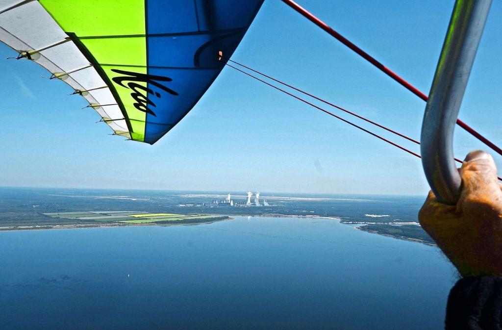 Die Forscher erkunden die Luft mit einem fliegenden Labor  – wie hier über dem Bärwalder See am Kraftwerk Boxberg bei Görlitz. Der durch den Braunkohletagebau entstandene Wasserspeicher ist heute der größte See in Sachsen. Foto: KIT