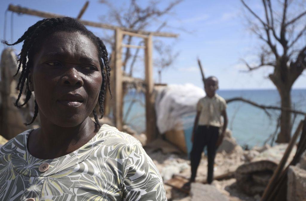 Zwei Haitianer stehen vor den Ruinen ihrer einstigen Heimat. Foto: AFP