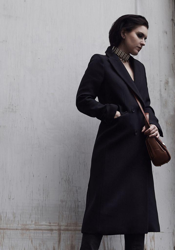 Der dunkelblaue Mantel aus Schurwolle von Sandro (erhältlich im Breuninger, Marktstraße 1-3) ist ein Lieblingsstück von Kai.  Foto: Matthaeus Kalinowski