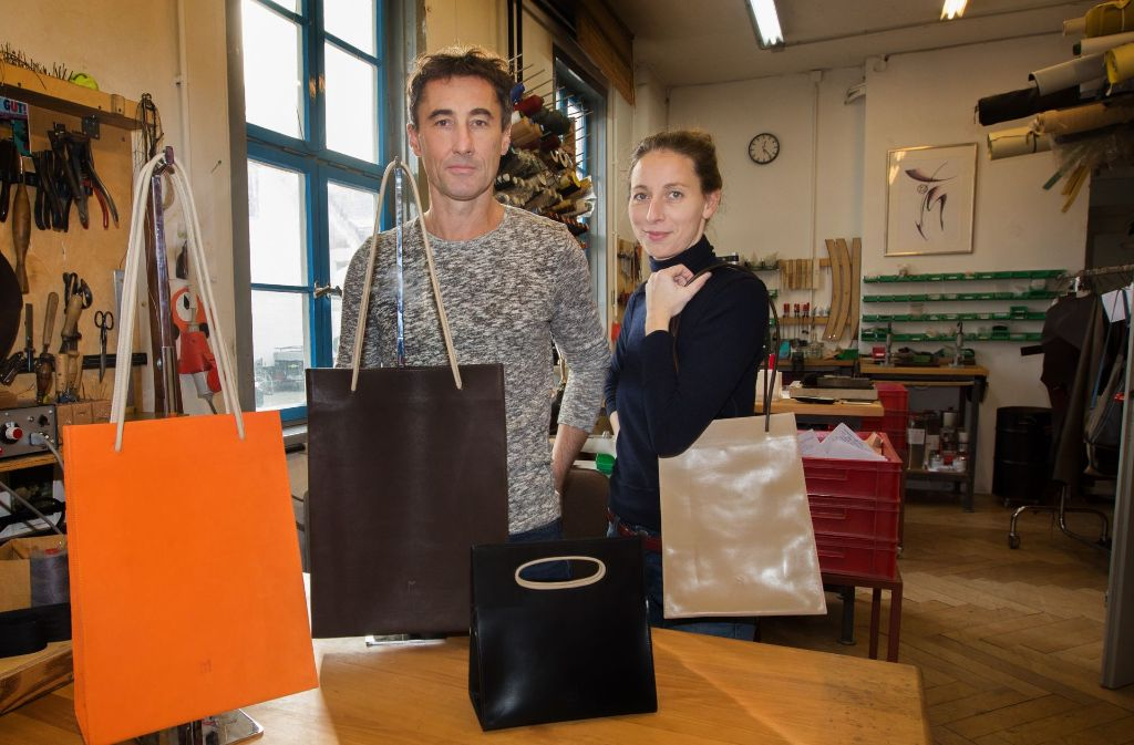 Michael Mayer und Nadine Soeffing mit einer Auswahl ihrer handgefertigten Ledertaschen. Foto: Ines Rudel