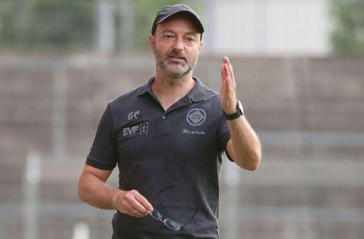 Sieht den SGV Freiberg derzeit gegenüber  den Stuttgarter Kickers leicht im Vorteil: Göppingens Trainer Gianni Coveli. Foto: Baumann