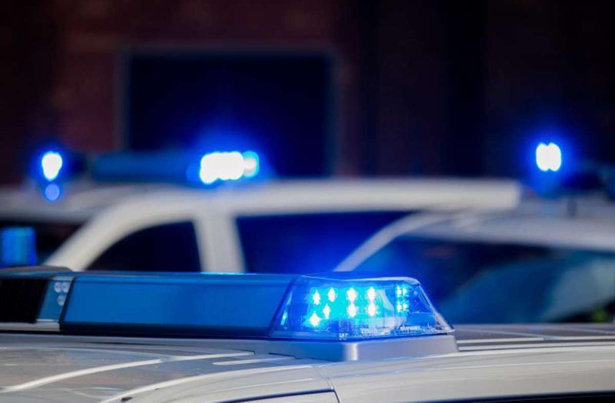 Die Polizei sucht nach einem Mann, der in Deckenpfronn eine Tankstelle überfallen hat. Foto: dpa/Rolf Vennenbernd
