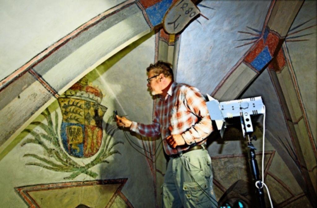 In  acht  Metern Höhe legt der Restaurator Martin Holzinger letzte Hand an das herzogliche Wappen der Württemberger. Foto: Horst Rudel