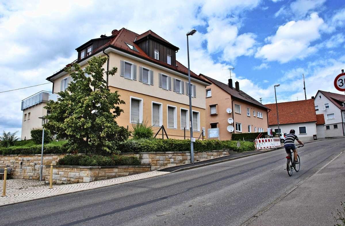 Im früheren Rathaus von Hegenlohe ist die Bücherei untergebracht, die unbedingt erhalten bleiben soll. Foto: Peter Stotz