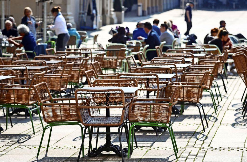 Geteiltes Bild: Mancherorts halten sich Menschen an das Abstandsgebot oder bleiben ganz weg. Aber längst nicht alle. Foto: factum/Granville