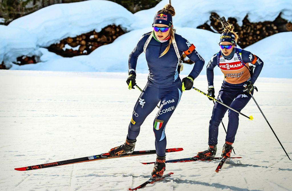 Dorothea Wierer (li./bei der WM-Vorbereitung) und Lisa Vittozzi sind Teamkolleginnen – doch deshalb muss man sich nicht mögen. Foto: imago//Eibner-Pressefoto