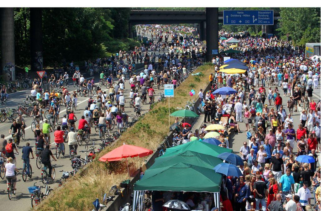 Am 18. Juli 2010 bevölkerten Tausende die für den Verkehr gesperrte A40 bei Duisburg. So etwas soll es in diesem Sommer auch auf der B14 in Stuttgart geben. Foto: dpa