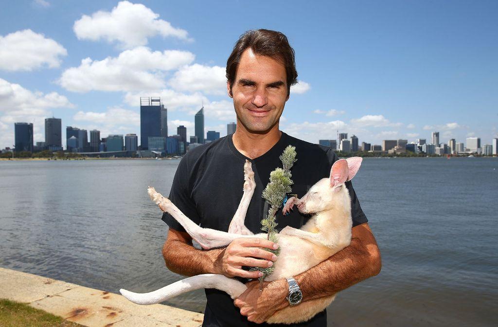 Tennis-Legende Roger Federer knuddelt in Perth Känguru Casper. Foto: Getty Images