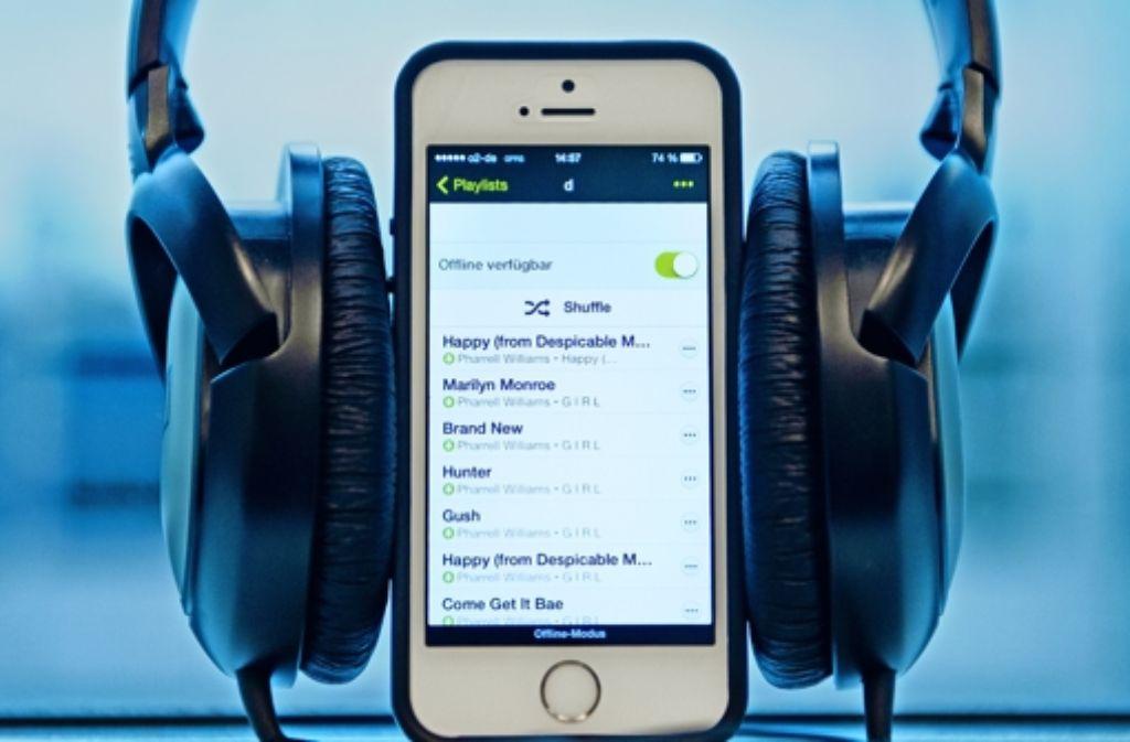 Der digitale Musikkauf ist  für den Verbraucher in der Regel etwas günstiger als der Erwerb einer CD oder Platte. Foto: dpa, fotolia, StZ