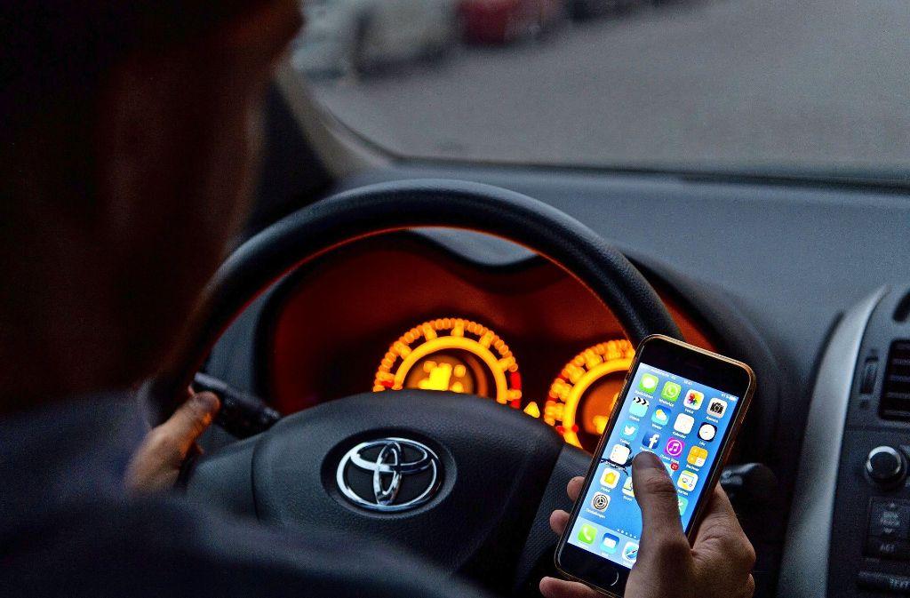 Handy und Autofahren  – das ist bisweilen eine tödliche Kombination. Foto: dpa