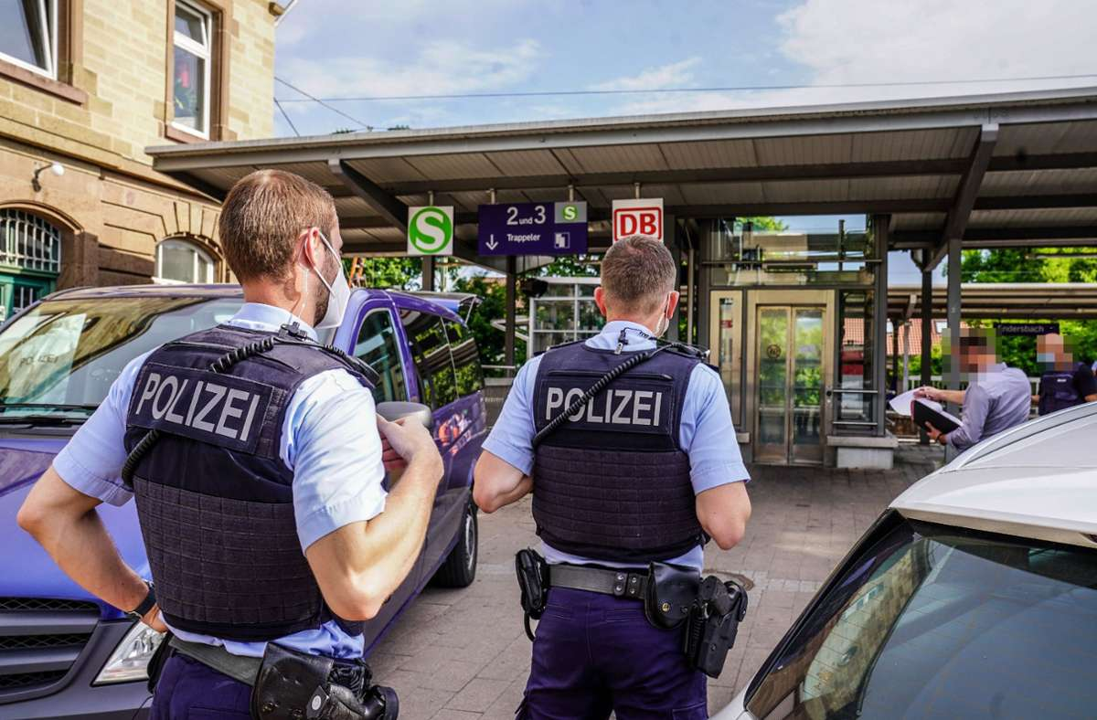 Die Polizei hat den Bahnhof Endersbach abgesperrt. Foto: SDMG/ Kohls