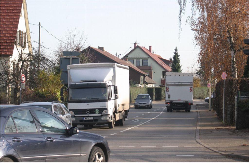 Im Bild zu sehen ist die äußere Neuhauser Straße; sie soll vom Ortsschild an in einen Feldweg rückgebaut werden. Foto: Archiv Sägesser