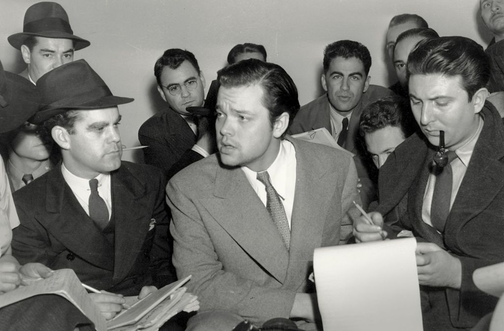 Orson Welles beteuert 1938 gegenüber Reportern, er habe keine Panik auslösen wollen – und suggeriert so, es habe Panik gegeben. Foto: AP