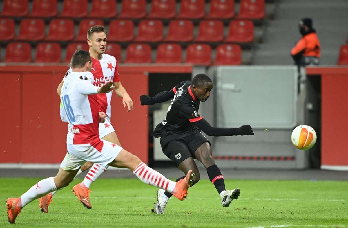Moussa Diaby (r) von Bayer Leverkusen spielt den Ball. Foto: dpa/Ina Fassbender