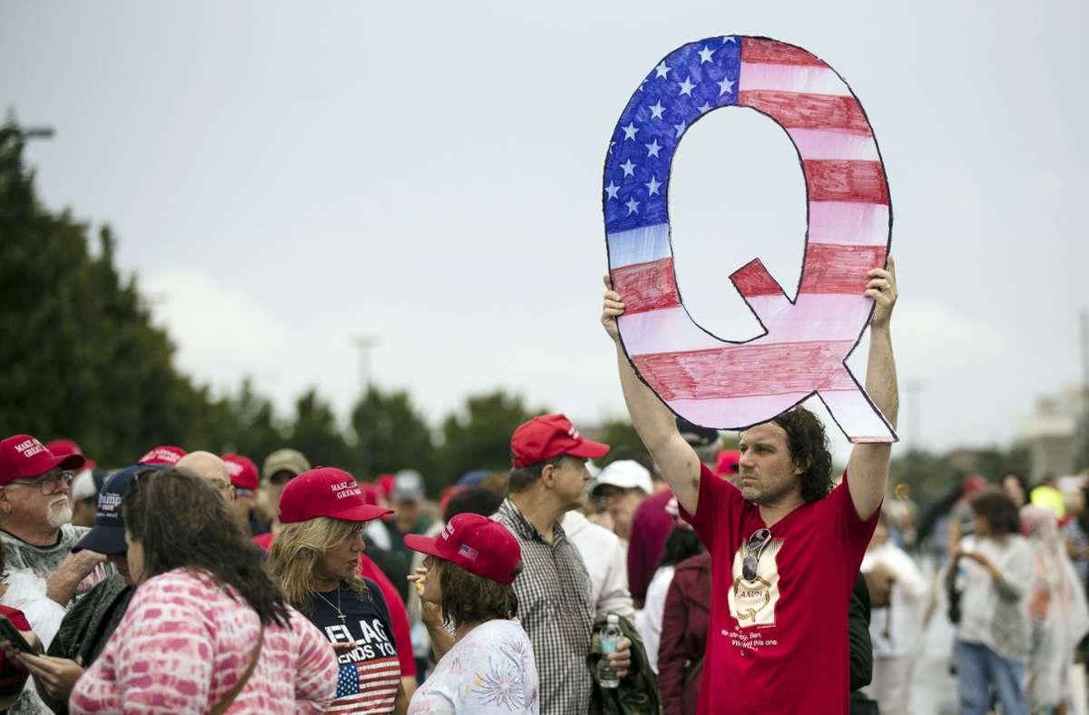 """""""QAnon""""-Anhänger verbreiten abstruse und unbelegte Theorien. Foto: AP/Matt Rourke"""