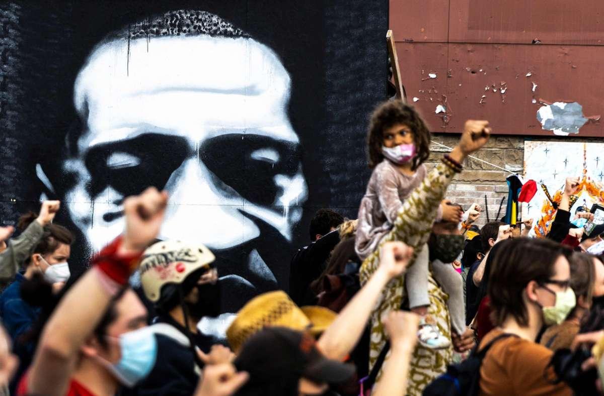 Viele Menschen   hoffen auf ein Zeichen gegen Rassismus und Polizeigewalt. (Archivbild) Foto: AFP/KEREM YUCEL