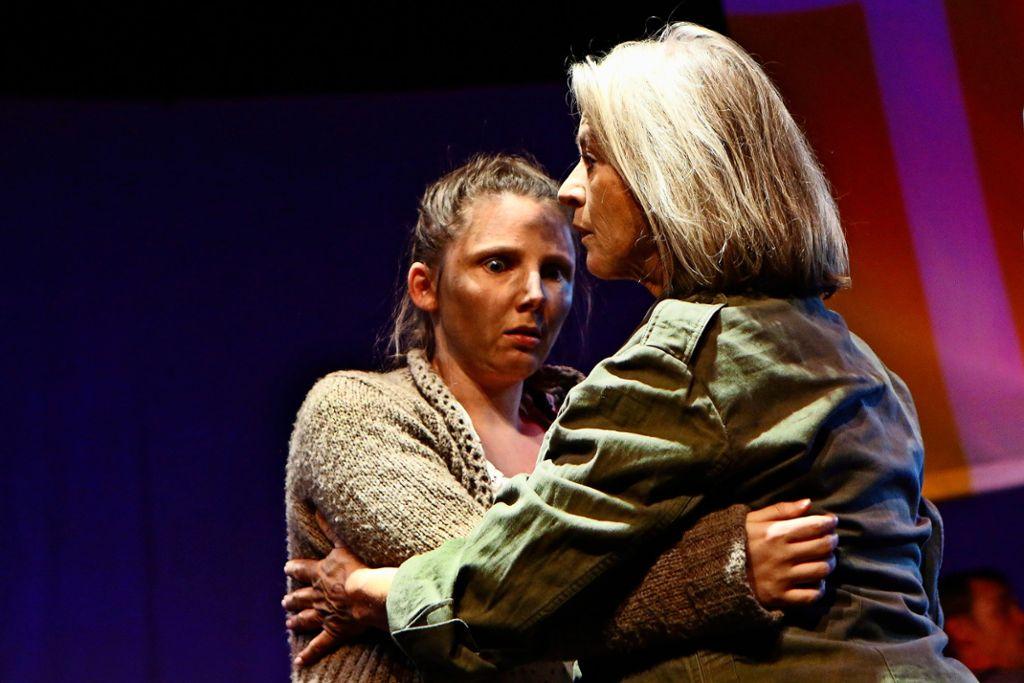 Stefanie Friedrich (links) spielt die Kattrin in der Inszenierung von Brechts Mutter Courage am Theater der Altstadt. Susanne Heydenreich spielt die Mutter Courage. Foto: Sabine Haymann