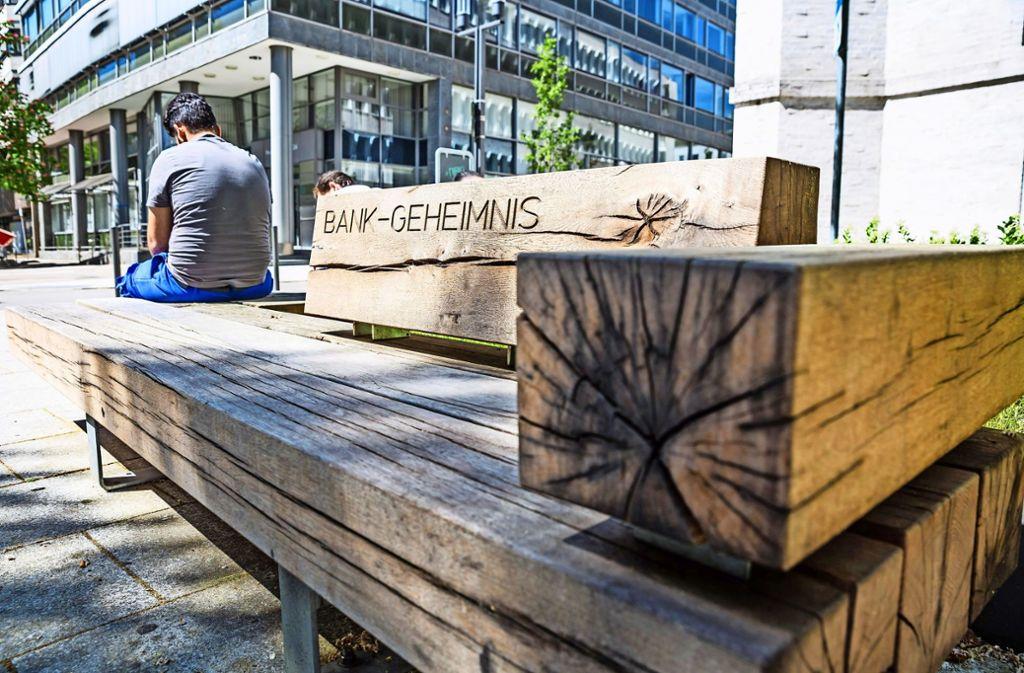 Die Bank vor der Hospitalkirche ist ein Mahnmal gegen den Abbau öffentlicher Bänke in der Innenstadt und eine Einladung zum Ausruhen – auch für Obdachlose. Foto: Lichtgut/Julian Rettig