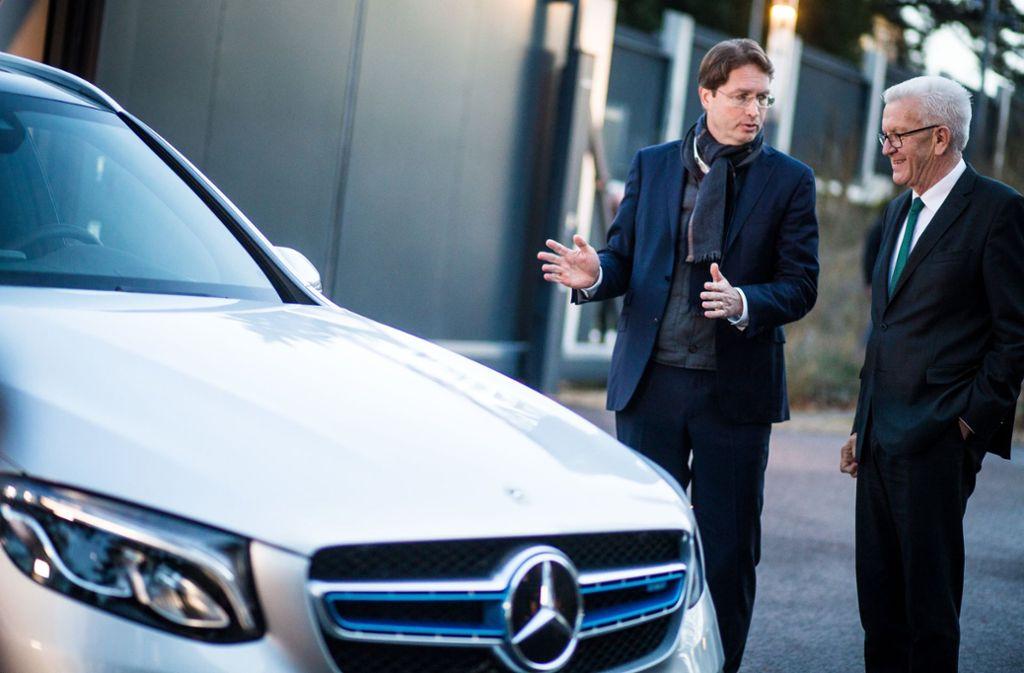 Kretschmanns neues Auto. Der Ministerpräsident freut sich. Foto: dpa