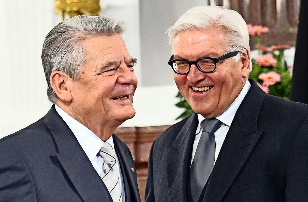 Weil Merkel bisher keine Alternative liefern kann, steigen die Chancen von Außenminister Steinmeier (SPD, rechts) auf die Gauck-Nachfolge. Für die CDU-Chefin wäre das eine herbe Schlappe. Foto: dpa-Zentralbild
