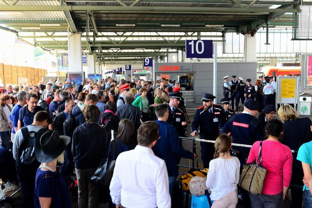 Tag 1 nach dem Bahnstreik: Am Stuttgarter Hauptbahnhof waren ICEs dermaßen überfüllt, dass sie nicht mehr weiterfahren konnten.  Foto: www.7aktuell.de  