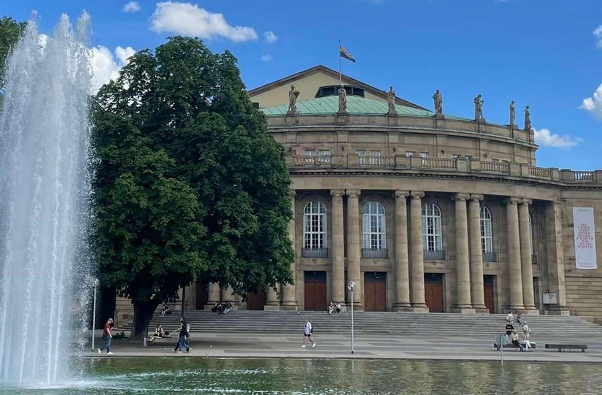 Während am Stuttgarter Rathaus keine Rainbow-Flaggen hängen, setzt die Oper ein buntes Zeichen. Foto: Staatsoper