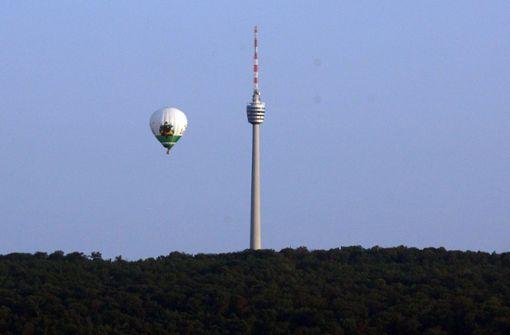 Riesiger Heißluftballon schwebt bei Jungfernfahrt über Stuttgart