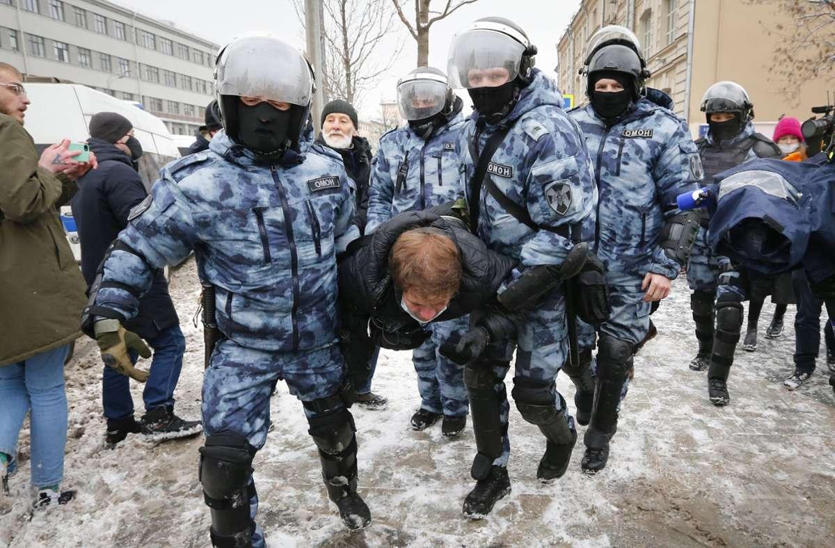 Offenbar sind am Sonntag bis zum frühen Nachmittag allein in der Hauptstadt Moskau mehr als 140 Menschen in Polizeigewahrsam genommen worden. Foto: dpa/Alexander Zemlianichenko