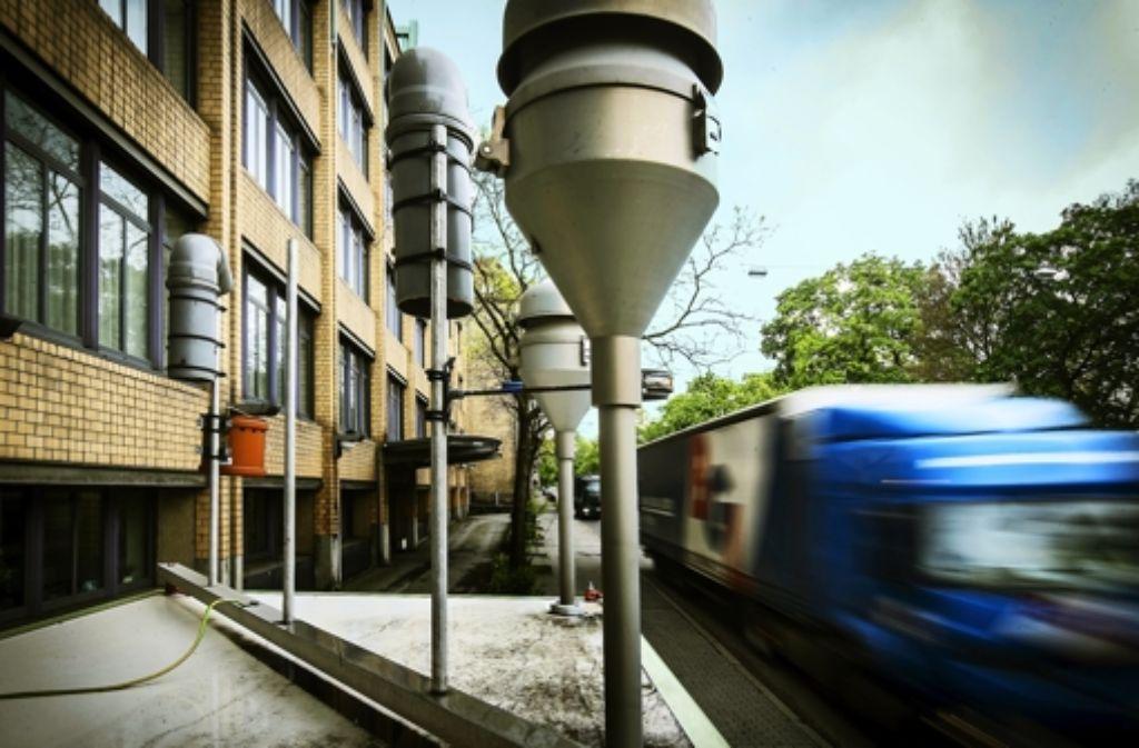"""Rund 80.000 Pkw und Lkw passieren jeden Tag den Messpunkt """"Am Neckartor"""" in Stuttgart. Foto: Achim Zweygarth"""