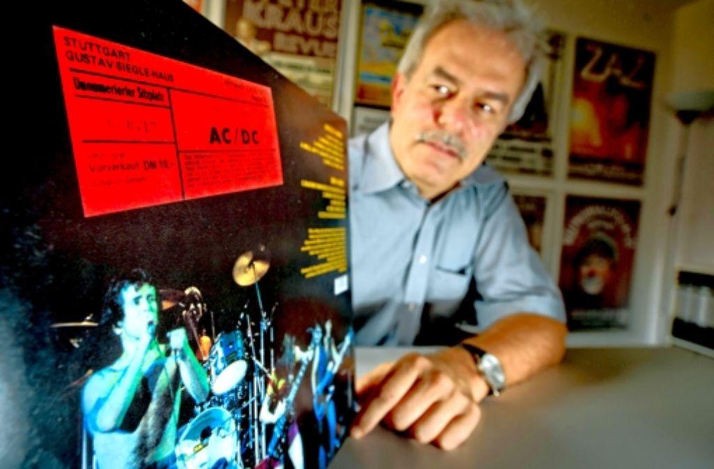 Der Veranstalter Hans-Peter Haag präsentiert eine Original-Eintrittskarte des AC/DC-Konzerts von 1977. Foto: Martin Stollberg