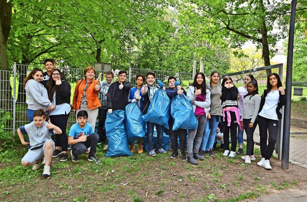 Schüler der Werkrealschule Gablenberg haben 30 Säcke Müll gesammelt. Foto: Fatma Tetik