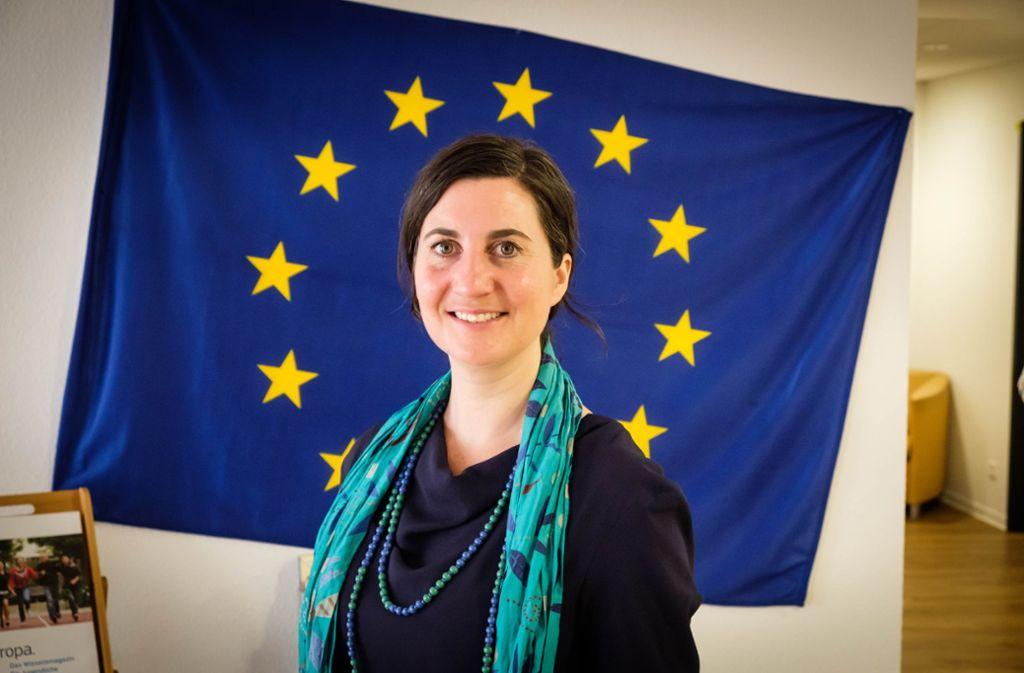 Beim Tag der offenen Tür im Stuttgarter Europahaus hat Anna Deparnay-Grunenberg 2017 schon mal vor der Europa-Flagge posiert – jetzt will sie auch ins Europaparlament. Foto: Lichtgut/Achim Zweygarth