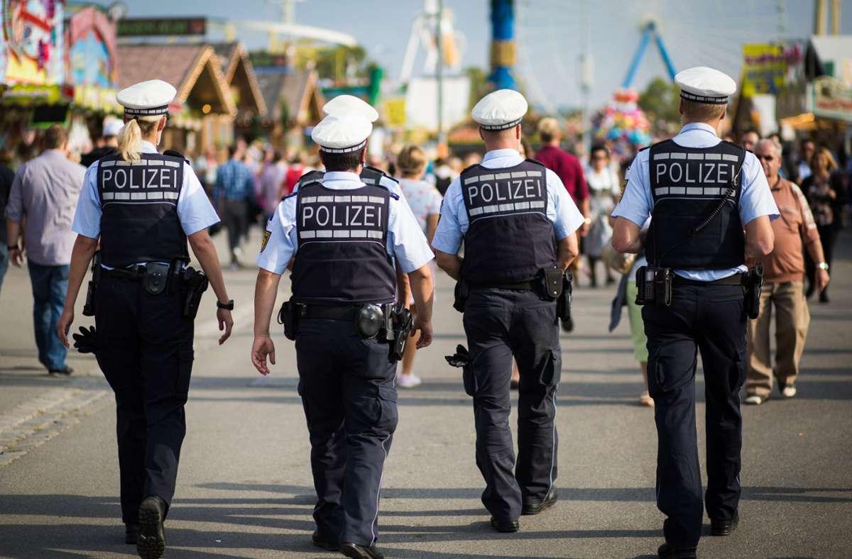 Die Polizei wurde mehrmals zur Legendenhalle am Graf-Zeppelin-Platz gerufen. Foto: dpa/C. Schmidt