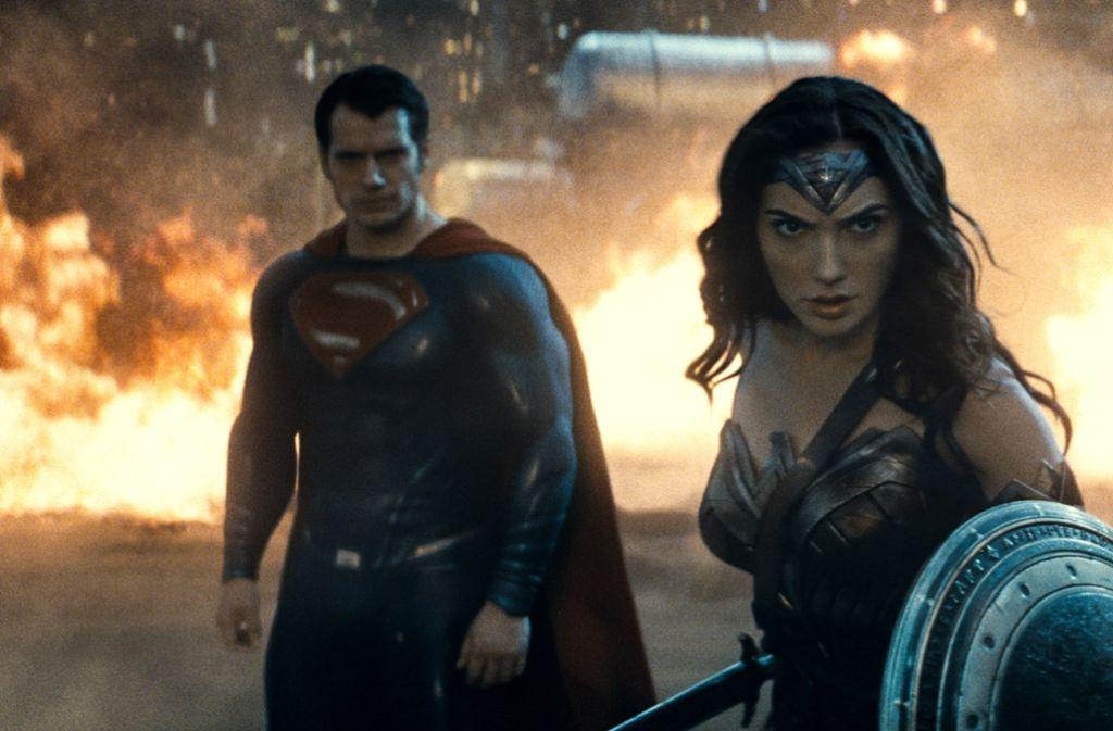 """Ihren ersten Kino-Auftritt hatte Wonder Woman in dem Blogbuster """"Batman v Supermann: Dawn of Justice"""" (Henry Cavill als Superman, Gal Gadot als Wonder Woman). Foto:"""