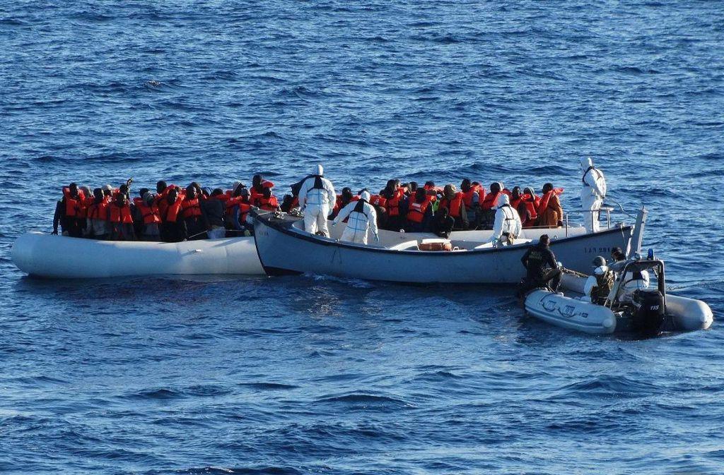 Immer wieder kommen Flüchtlinge bei der Überquerung des Mittelmeers ums Leben (Symbolbild). Foto: dpa/ANSA / ITALIAN NAVY PRESS OFFICE
