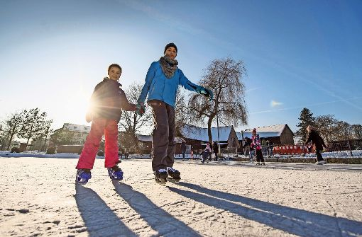 Eislaufspaß unter strahlender Wintersonne