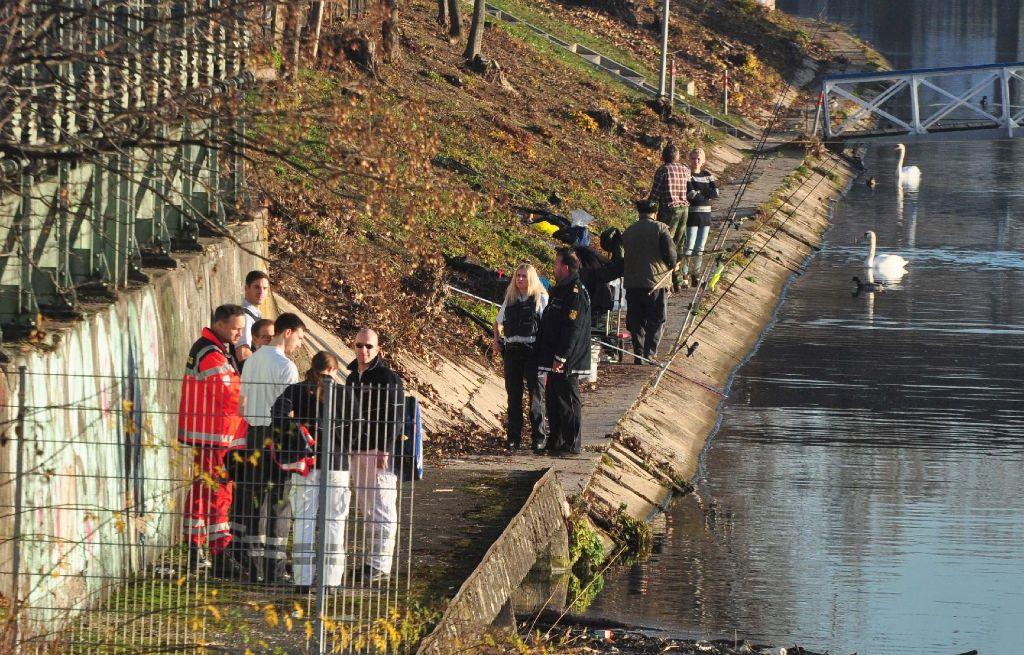 Einsatzkräfte bargen am Sonntag eine Leiche aus dem Neckar. Foto: Rosar