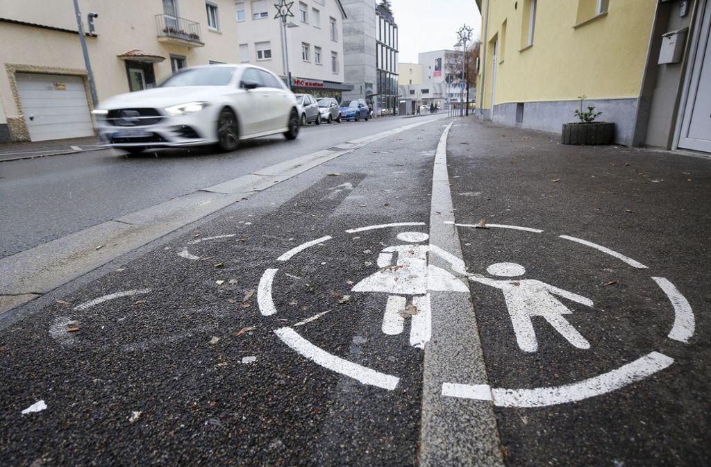 Parken verboten: der Gehweg in der Unteren Poststraße in Böblingen soll den Fußgängern gehören. Trotzdem wird dort ständig geparkt. Foto:factum/Granville Foto: