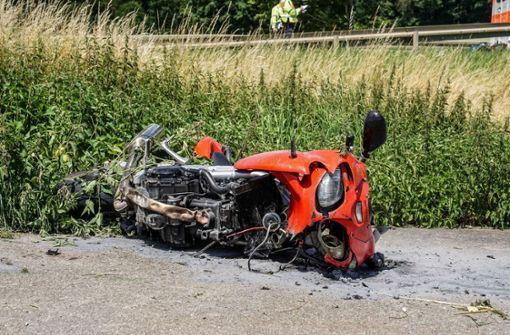 Motorradfahrer kracht in Porsche und wird schwer verletzt
