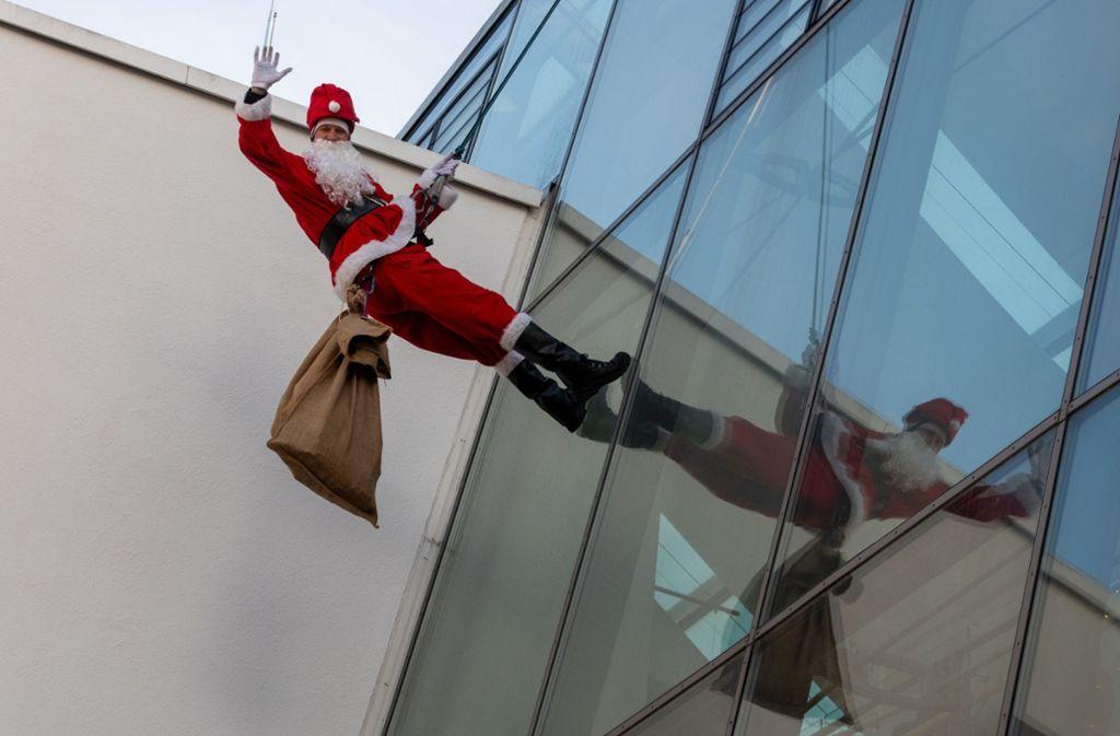 Der Nikolas seilte sich vom Dach der Ulmer Kinderklinik ab. Foto: dpa/Stefan Puchner