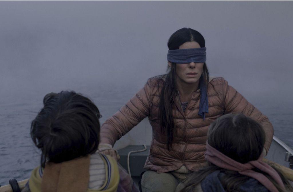 """Im Netflix-Film """"Bird Box"""" bringt eine unbekannte Macht die Menschen dazu, sich selbst umzubringen. Zum Schutz davor tragen sie Augenbinden. Foto: Netflix"""