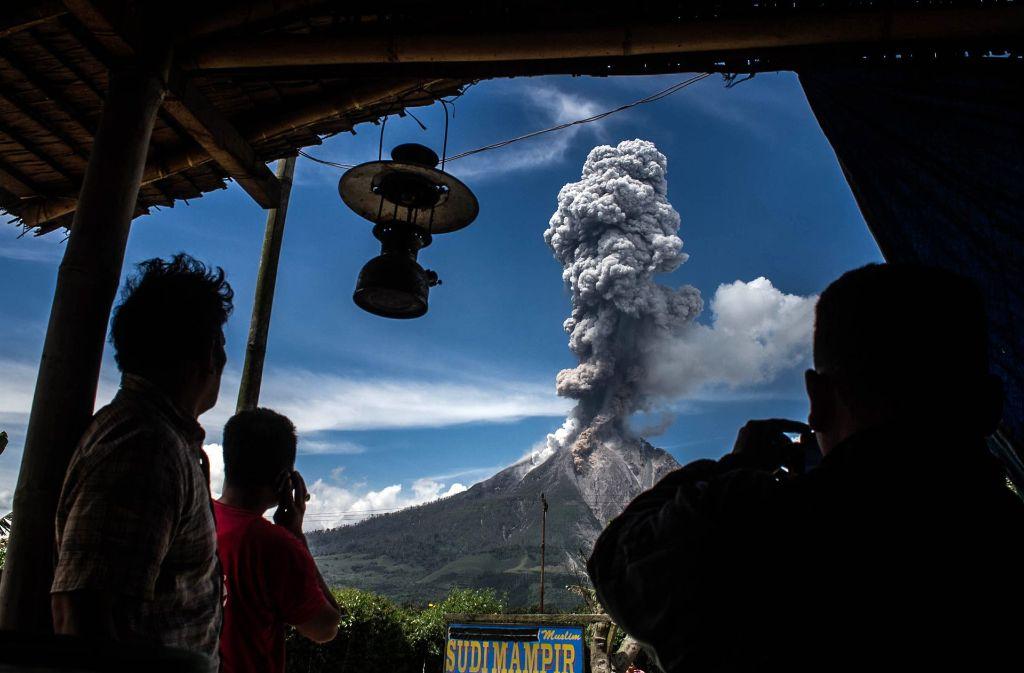 Der Sinabung-Vulkan auf der indonesischen Insel Sumatra spuckte im Februar 2017 Rauch und Asche. Foto: